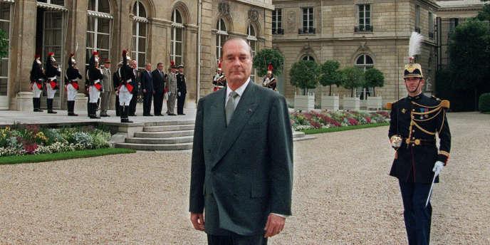 Jacques Chirac, le 17 mai 1995, dans les jardins du palais de l'Elysée, après avoir salué la garde républicaine.
