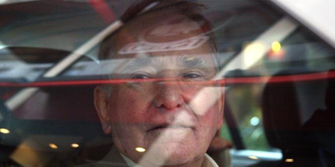 L'ancien ministre socialiste René Teulade quitte en voiture, le 14 février 2002, le pôle financier du Palais de justice de Paris, au terme de quarante-huit heures de garde à vue.