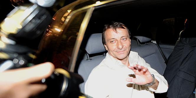 Accompagné de ses avocats, Cesare Battisti, 56 ans, vêtu d'un pantalon clair et d'une chemise blanche, est apparu serein à la foule de reporters et de photographes postés devant la prison de haute sécurité de Papuna.