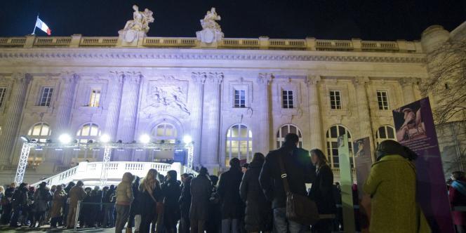 Des milliers de visiteurs se sont pressés au Grand Palais tout le week-end pour admirer les toiles de Claude Monet, exposées au public en continu pendant 84 heures.