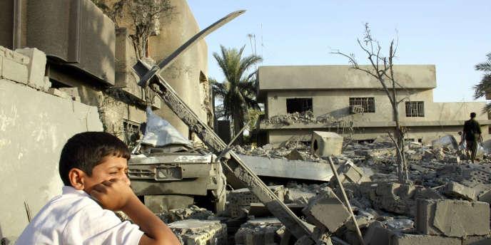 Un enfant irakien se tient devant les ruines d'une maison de Fallouja,  détruite le 25 septembre 2004 par un raid américain.