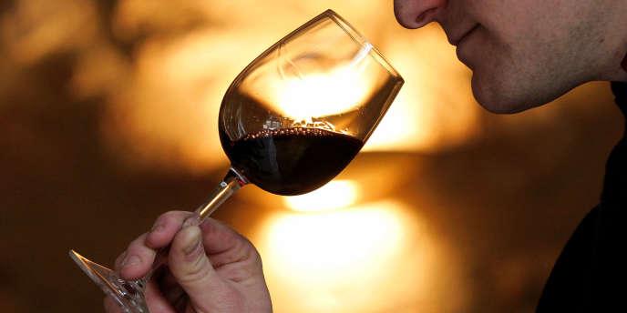 L'Elysée vends un dixième de sa cave à vin dont un château Petrus à deux mille deux cent euros pièce.