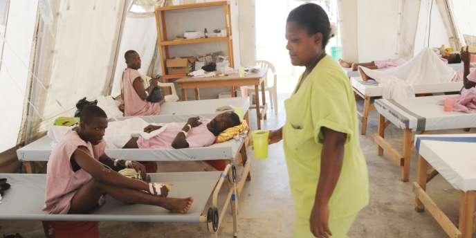 Des malades atteints du choléra dans un centre de Médecins sans frontières à Port-au-Prince, le 1er juin 2011.