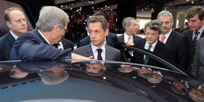 Le président du directoire de PSA, Philipe Varin (à gauche), et le chef de l'Etat, Nicolas Sarkozy, lors du Mondial de l'automobile à Paris, le 1er octobre 2010.