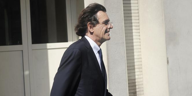Luc Ferry à sa sortie de la brigade de protection des mineurs (BPM) de la police judiciaire (PJ) parisienne, le 3 juin 2011.