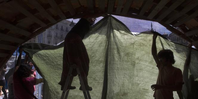Une tente installée Puerta del Sol, à Madrid, est démontée, dimanche 12 juin.