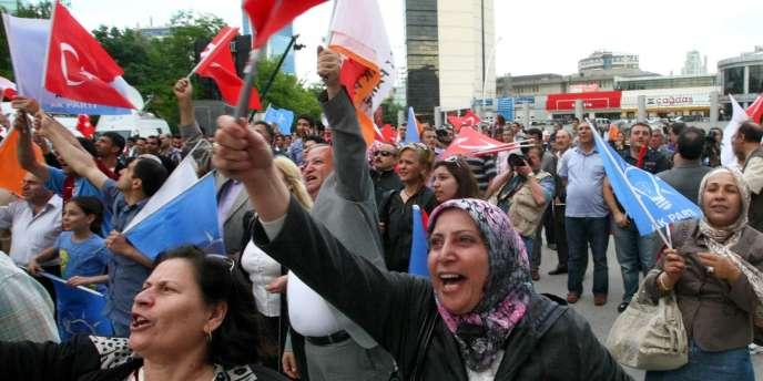 A Ankara, des partisans de l'AKP fêtent la victoire du parti aux législatives turques du 12 juin.
