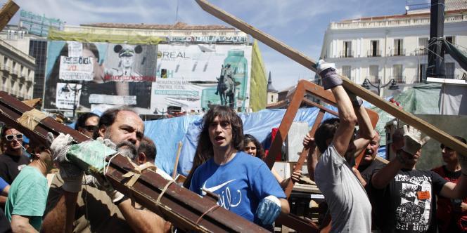 Chaîne humaine pour démanteler les installations des campeurs de la Puerta del Sol, dimanche 12 juin.