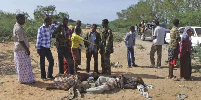 Des militaires somaliens et des civils inspectent le corps du chef présumé d'Al-Qaida en Afrique de l'Est.