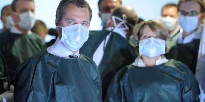 Le ministre de la santé allemand, Daniel Bahr, visite l'hôpital universitaire de Hambourg, le 5 juin.