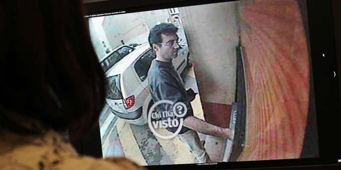 Image d'une caméra de surveillance montrant Xavier Dupont de Ligonnès à un distributeur de billets, à Roquebrune-sur-Argens, le 14 avril 2011.