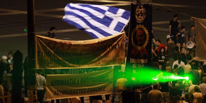 Pour apaiser la colère du peuple grec, le gouvernement prévoit un référendum dès l'automne pour réformer la Constitution.