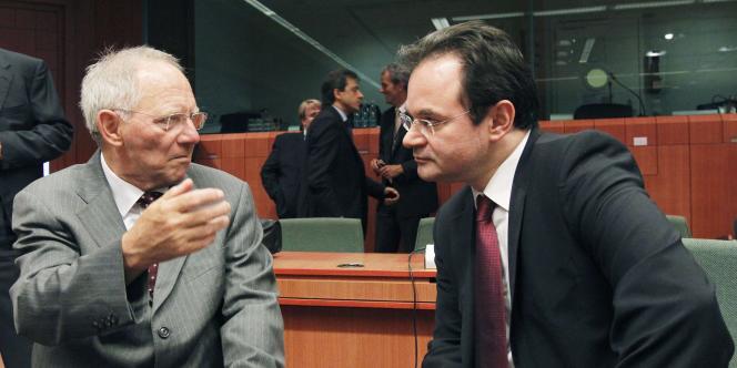 Le ministre des finances allemand, Wolfgang Schäuble (à gauche) et son homologue grec, George Papaconstantinou lors d'une réunion extraordinaire à Bruxelles, mardi.