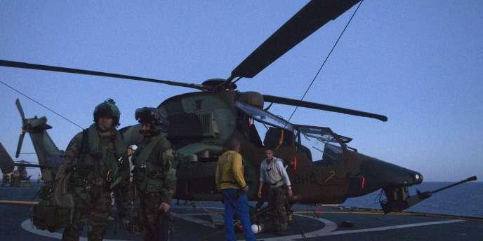Un hélicoptère d'attaque français près des côtes libyennes, le 14 juin.