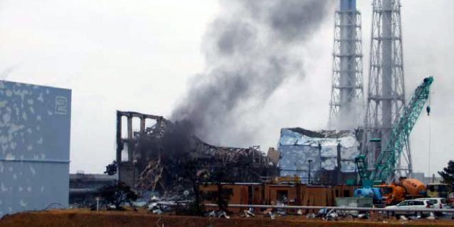 Les explosions qui ont suivi la catastrophe du 11 mars 2011 (ici, le bâtiment du réacteur 3 de Fukushima) ont relâché dans l'atmosphère des radioéléments qui se sont déposés au sol et qui sont depuis dispersés par l'érosion et le ruissellement.