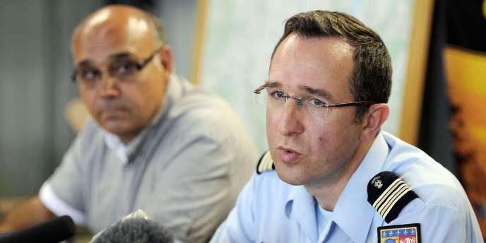 Le lieutenant-Colonel Emmanuel Josse, commandant du Groupement de Gendarmerie de l'Ardèche, répond aux questions des journalistes aux cotés du Maire de Tournon-sur-Rhône, Frederic Sausset, le 22 Juin 2011.