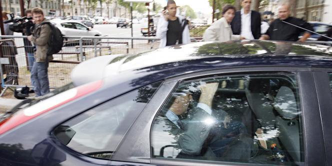 L'ex-secrétaire d'Etat à la fonction publique à son arrivée dans les locaux de la direction régionale de la police judiciaire de Versailles, le 20 juin 2011.