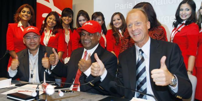 Le patron d'Airbus, Thomas Enders, a posé avec les dirigeants d'Air Asia pour célébrer la plus grosse commande de l'histoire de l'aéronautique civile.