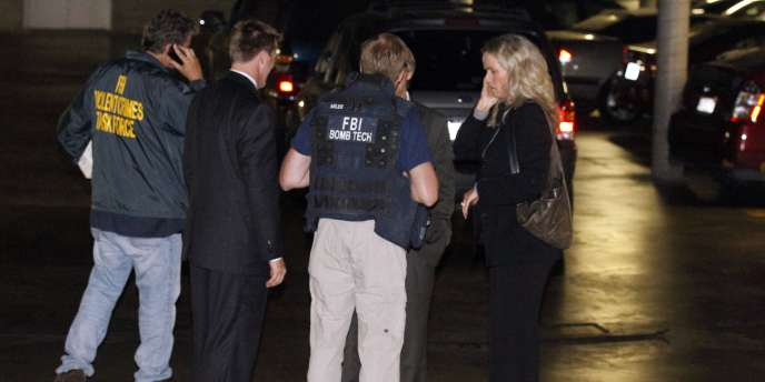 Des agents du FBI dans le parking de la résidence de Santa Monica où  James