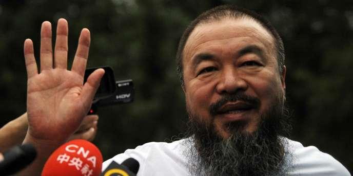 L'artiste et dissident chinois Ai Weiwei, arrêté en avril dernier, a été remis en liberté sous caution mercredi.