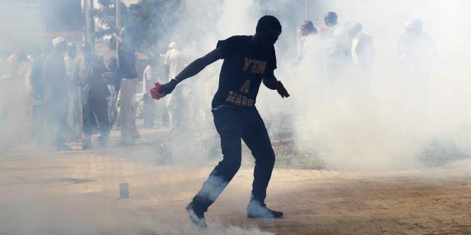 Tirs de gaz lacrymogènes pendant une manifestation à Dakar, jeudi.