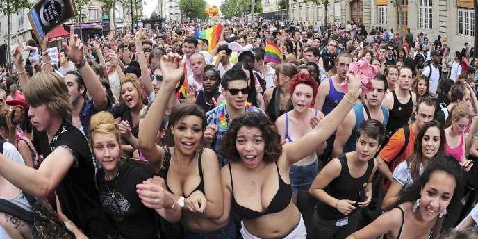 Un projet de loi sera présenté à la rentrée pour que les couples homosexuels puissent s'unir devant le maire dès juin 2013, indique Dominique Bertinotti, la ministre de la famille, à la veille de la Gay Pride.