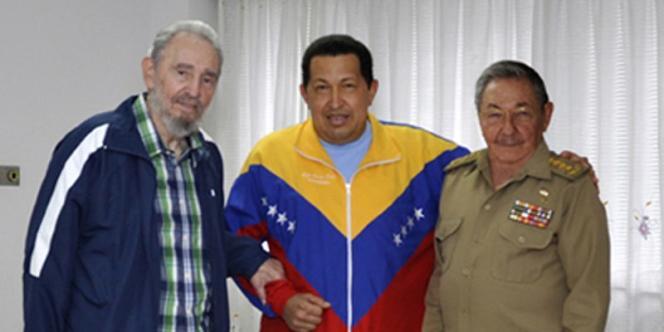 Le président cubain Raul Castro (à droite) et Fidel castro (à gauche) rendent visite à Hugo Chavez à l'hôpital de La havane, le 17 juin.