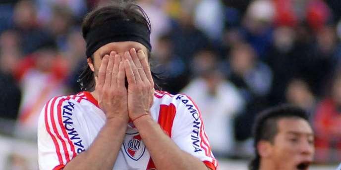 Mariano Pavone se cache pour pleurer, le 26 juin à Buenos Aires.