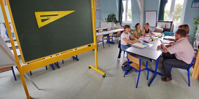 Des professeurs se réunissent afin de préparer leurs cours dans l'une des classes de l'école primaire Jules Sagary à Saint-Jans-Cappel, le 01 septembre 2009 à la veille de la rentrée scolaire des élèves.