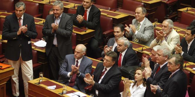 Des élus du Pasok applaudissent l'adoption du plan de rigueur, mercredi 29 juin.
