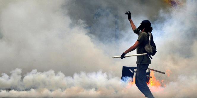Un manifestant sur la place Syntagma, à Athènes, mercredi 29 juin.