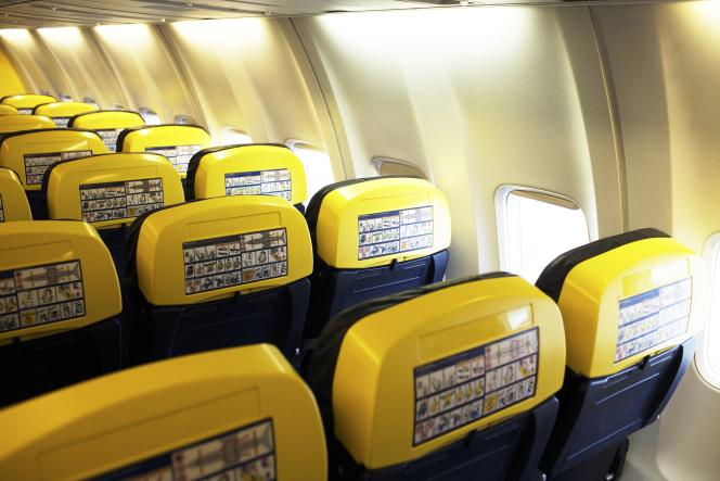 L'intérieur d'un Boeing 737-800 de Ryanair. Pour des raisons de coût, la flotte de la compagnie est entièrement composée de ce type d'appareils.