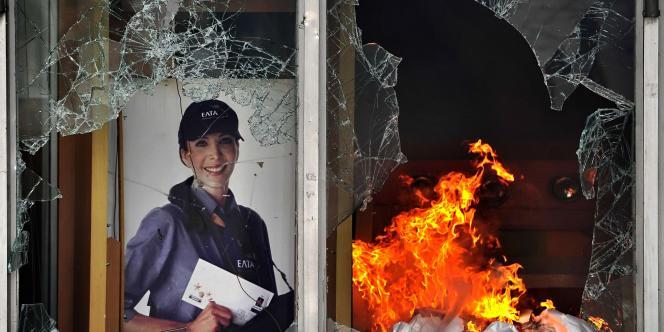 Incendie dans le centre postal de la place Syntagma, mercredi 29 juin.
