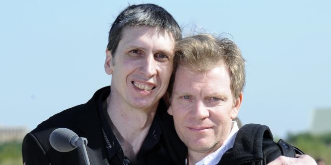 Stéphane Taponier, à gauche, et Hervé Ghesquière, à droite, à leur arrivée en France, le 30 juin.