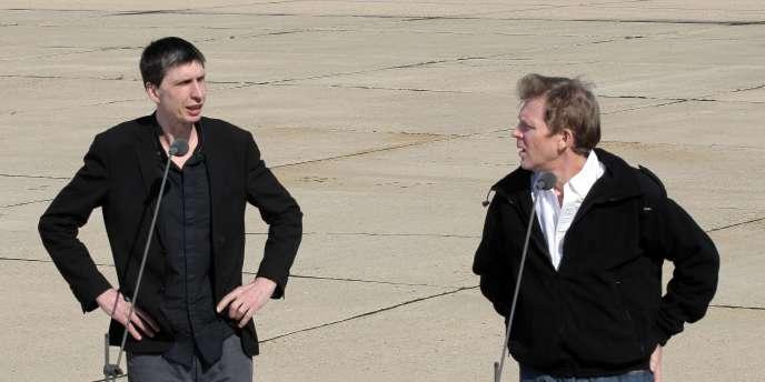 Stéphane Taponier et Hervé Ghesquière, le 30 juin, sur l'aéroport de Villacoublay.