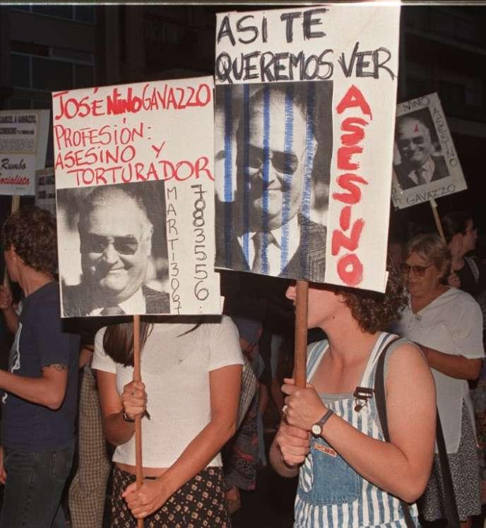 Manifestation des membres de l'association droitdelhommiste Hijos à Montevideo.
