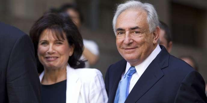 Dominique Strauss-Kahn et son épouse, Anne Sinclair, à la sortie du tribunal de New York, le vendredi 1er juillet 2011.