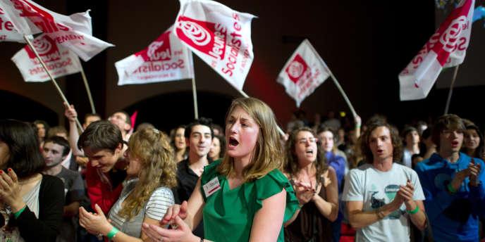 Des jeunes socialistes applaudissent Martine Aubry en avril 2011.