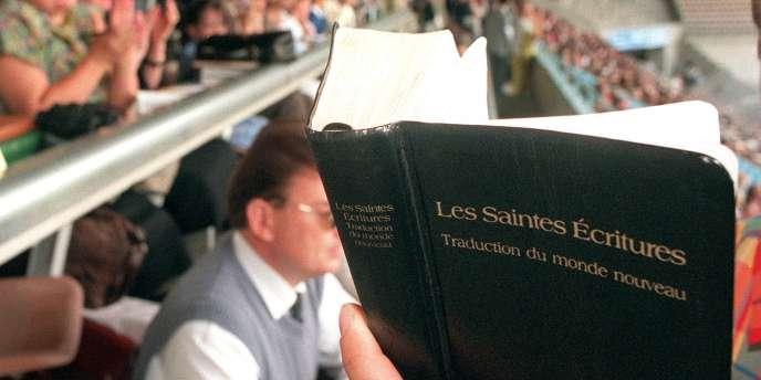 Lecture de la Bible à Strasbourg, lors d'une assemblée régionale des Témoins de Jehovah.