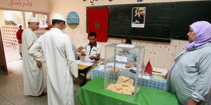 Dans un bureau de vote à Casablanca, le 1er juillet 2011.