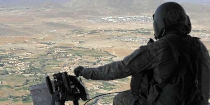 Mitrailleur d'un hélicoptère Chinook américain au-dessus de l'Afghanistan.
