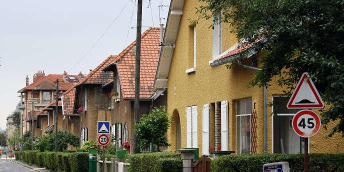 Rue bordée de pavillons, à Stains.