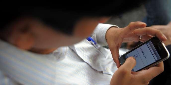 Un homme utilise son téléphone portable.