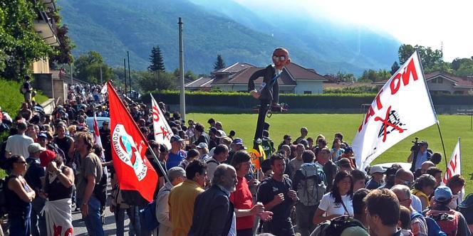 Des opposants à la construction de la ligne ferroviaire à grande vitesse Lyon-Turin, dans la vallée de la Suse, dans le nord de l'Italie, le 3 juillet 2011.