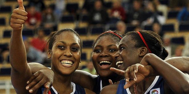 Les Françaises Sandrine Gruda, Isabelle Yacoubou-Dehoui et Jennifer Digbeu célèbrent leur victoire sur la République tchèque, dimanche 3 juillet;