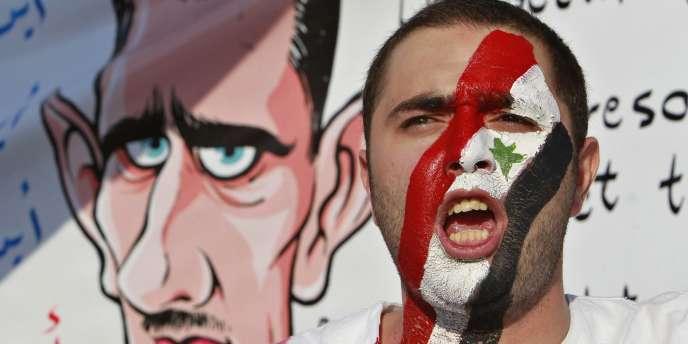 Un Syrien manifeste contre le président Bachar Al-Assad, à Amman, en Jordanie, le 7 juillet.