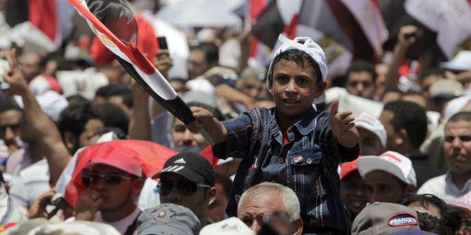 Un jeune manifestant brandit le drapeau égyptien lors de la manifestation du 8 juillet place Tahrir, au Caire, en Egypte.