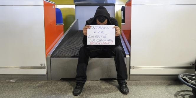 Un militant pro-palestinien bloqué à l'aéroport de Roissy, jeudi.
