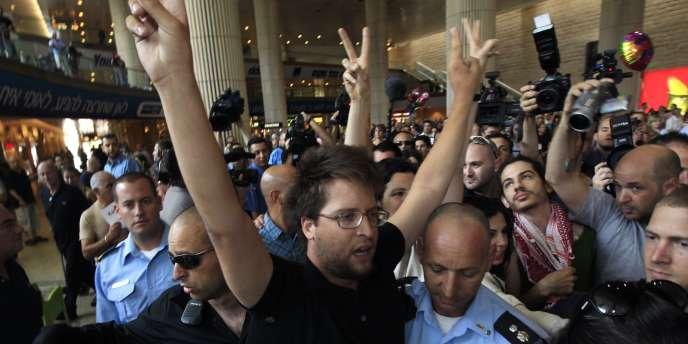 Des policiers israéliens arrêtent des militants pro-palestinien, le 8 juillet, à l'aéroport de Tel Aviv.