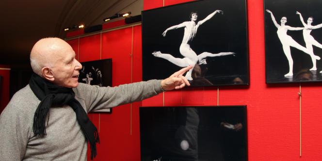 Roland Petit visite une exposition consacré à ses chorégraphies, à l'Opéra Garnier, en janvier 2008.